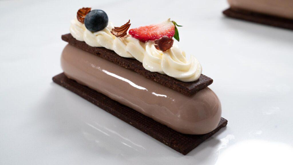 Mousse de chocolate con leche y maní con espejo de caramelo